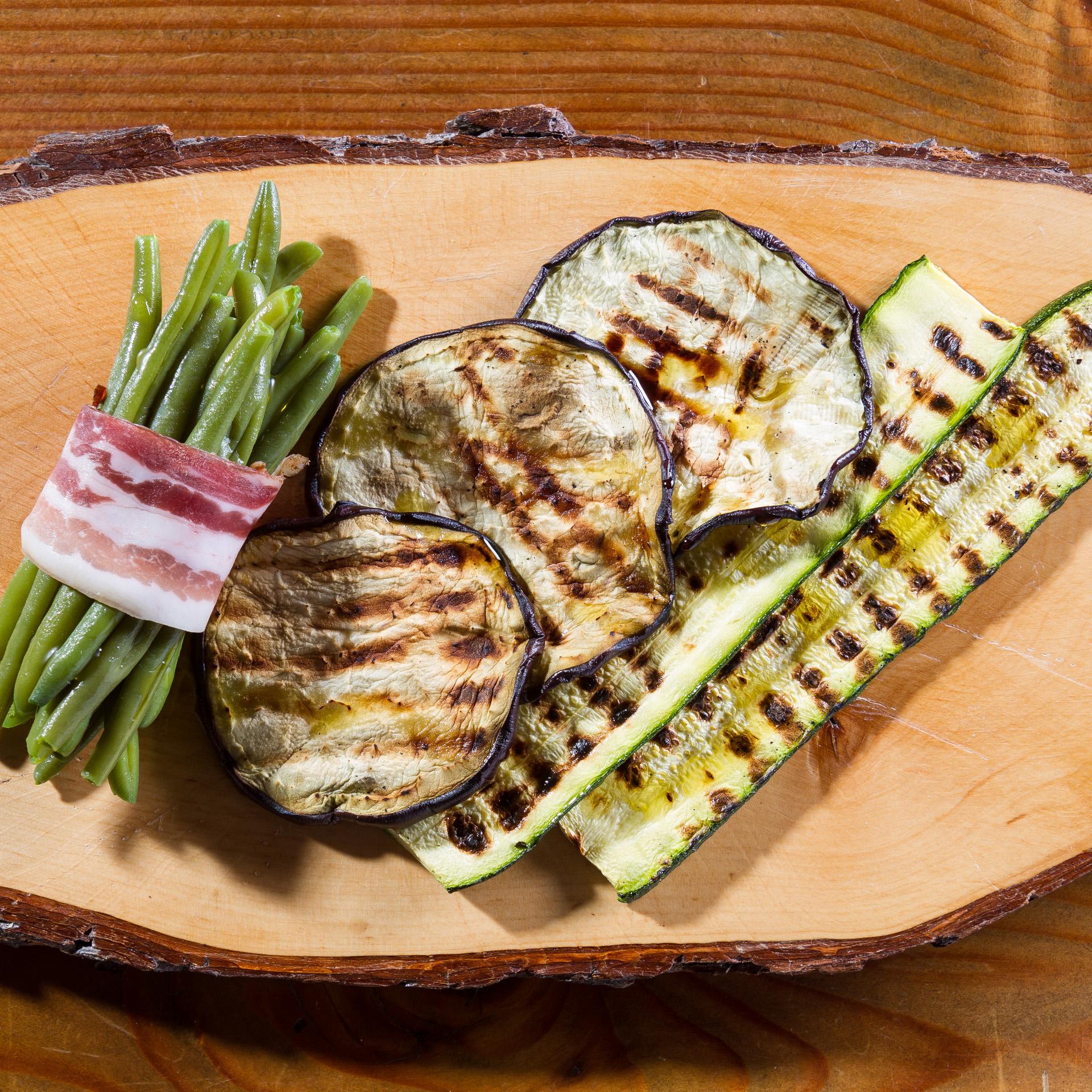 Salumi e verdure dell'orto grigliate